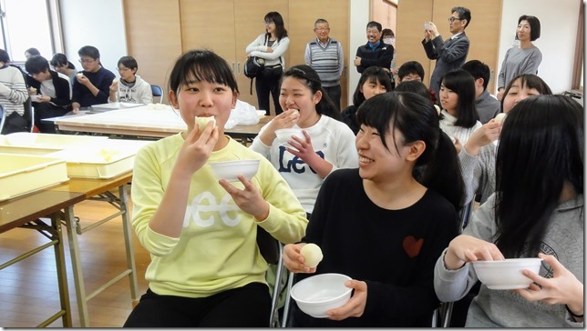 自分達の作ったはっさく大福を試食する立命館高校生徒